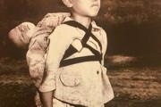 海外「感情を揺さぶる写真…」第二次大戦で亡くなっている弟を背負い火葬を待つ日本の男の子に海外心痛(海外反応)