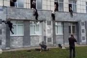 海外「ロシアの大学で銃乱射事件が起き、学生達が二階の窓から飛び降りて脱出しようとする」