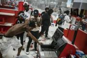 日本「なぜアメリカでは暴動で無関係の店で略奪が起きるの?」