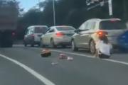 愚かな人間には愚かな結果が待ち受けている。トラックの前に割り込んできたスクーターが・・・。海外の反応